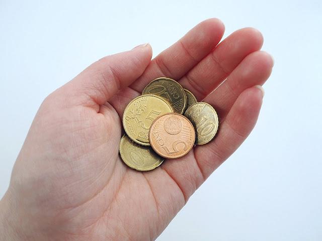 Saippuakuplia olohuoneessa- blogi, kuva Hanna Poikkilehto, raha, talousvaikeudet, lifestyle, parisuhde, euro,