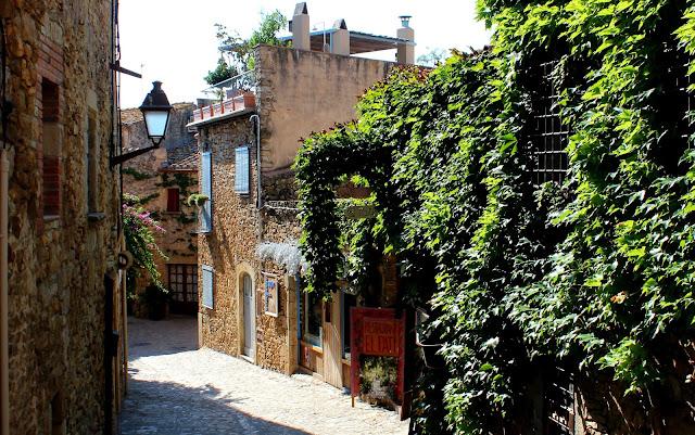 Calle empedrada de Peratallada. Pueblo medieval del Bajo Ampurdán