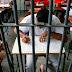 Professor que usou Bíblia para dar aulas de história a presos recebe prêmio