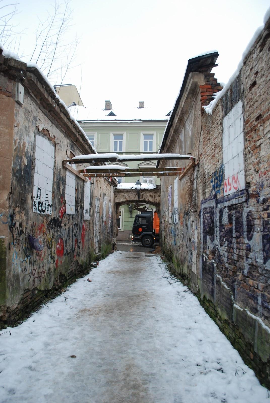 """Переулок, где были запрятаны 100 $ в программе """"Орел и решка"""". Ужупис, Вильнюс, Литва."""