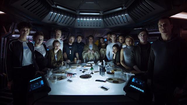 Les membres du Covenant, entourés par le lieutenant Daniels (Katherine Waterston, à gauche) et l'Androïde Walter (Michael Fassbender, à droite) dans Alien : Covenant