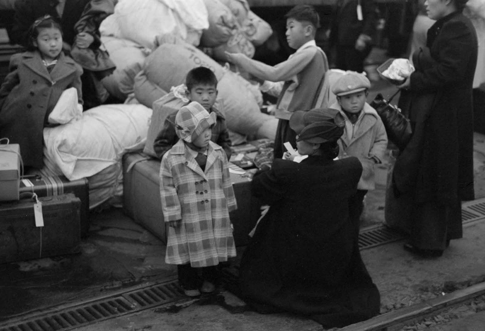 Familias japonesas esperando ser reubicadas.