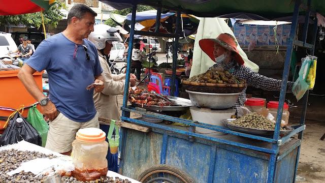 Puestecillo callejero de Battambang en Camboya