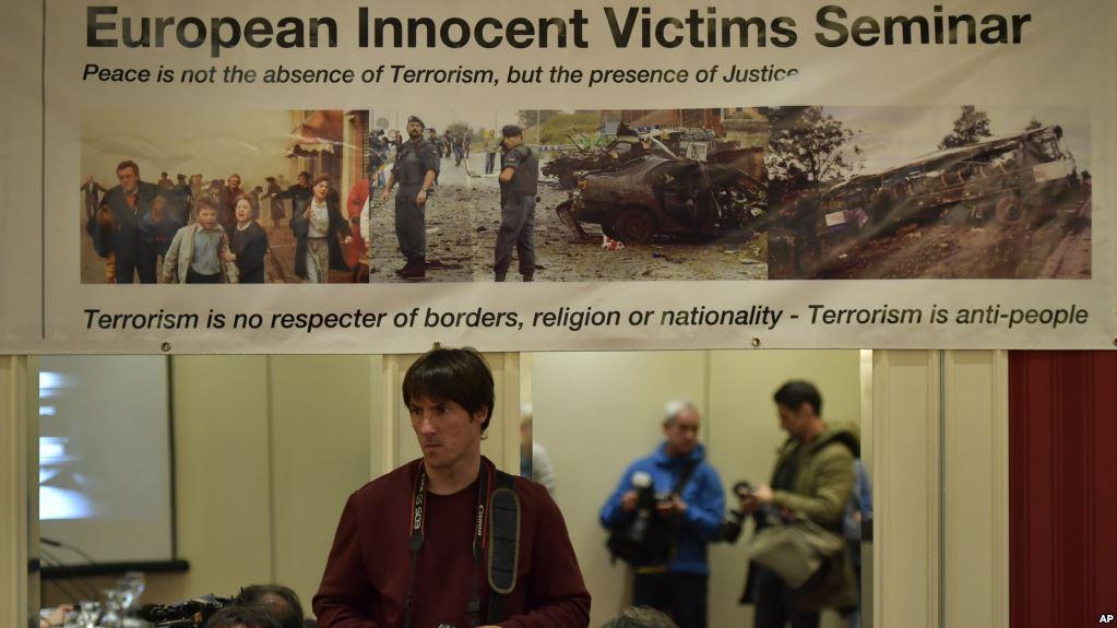 Exposición de fotografías sobre ataques terroristas de ETA en San Sebastián / AP