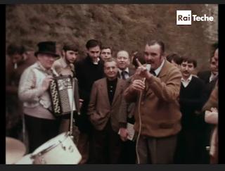 http://www.teche.rai.it/1978/10/uno-degli-ultimi-cantastorie-pavesi-adriano-callegari-esibizione-in-piazza/