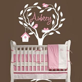 Dormitorio de bebé rosa y marrón