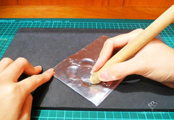 repujado en aluminio pintado con vitral y patina