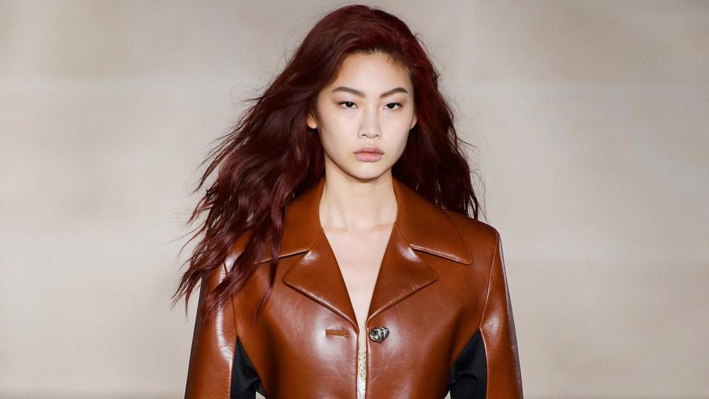 Dunkelrot ist der Haarfarben-Trend im Herbst