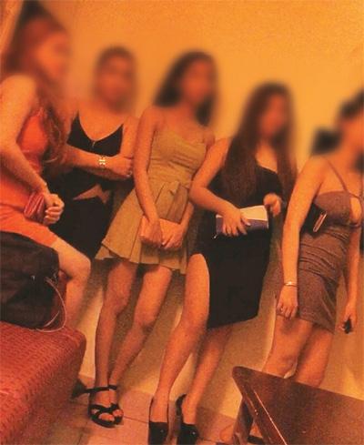 Những cô gái ăn mặc hở hang trong những nhà hàng không thực đơn. Font Size:     |