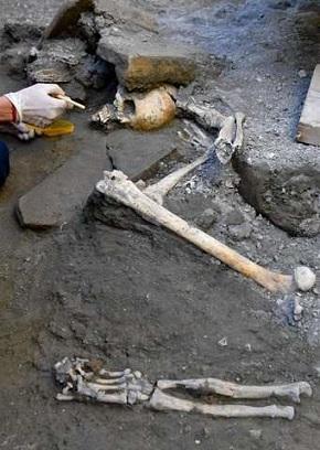 Cinq squelettes découverts lors de nouvelles fouilles à Pompéi