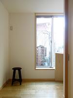 旗竿地に建つ木造3階建て住宅:深沢の家,北側の窓 小形 徹 * 小形 祐美子プラス プロスペクトコッテージ 一級建築士事務所の設計