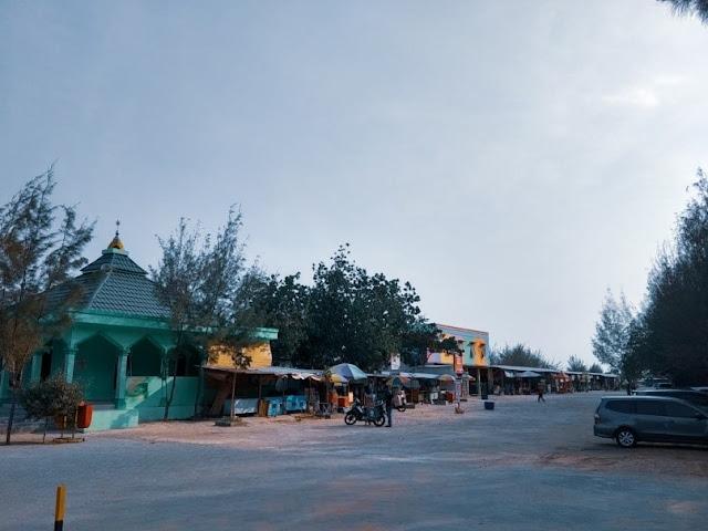 Fasilitas masjid dan parking area yang luas