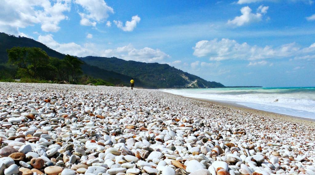 Pantai Kalbano batu dengan pantai super unik di indonesia kepala desa kalbano