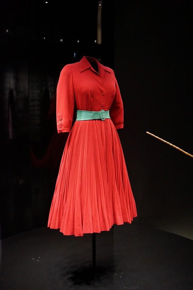 Christian Dior Diablesse , robe en lainage plissé rouge satan , ligne Corolle , automne hiver 1947