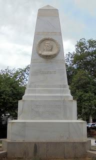 το μνημείο των τριών ναυάρχων στην Πύλο