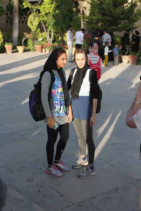 L'abbigliamento decisamente attillato di due ragazze a Shiraz