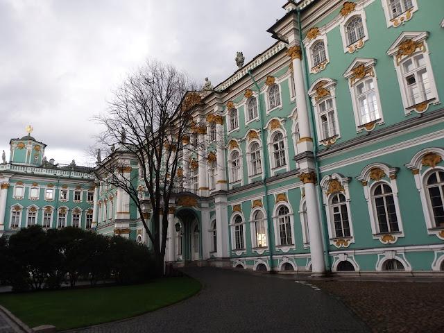 Widok na Pałac Zimowy z Placu Pałacowego.