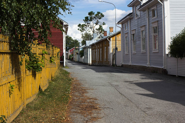 Satavuotiaat puutalot reunustavat Kristiinankaupungin katuja