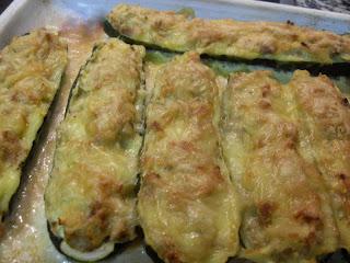 Calabacines rellenos de atún y cebolla  gratinados.
