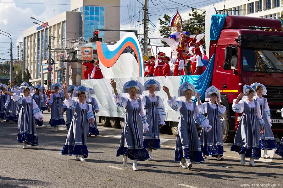 Девушки в кокошниках на праздновании тысячелетия единения мордовского народа с народами России