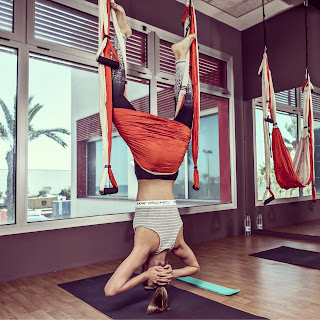 yoga-aereo-valencia-la-piloto-carmen-jorda-practica-aeroyoga-aeropilates-airyoga-aerialyoga-aerial-gravity-columpio-pilates-fitness-deportes-sport-tendencias-ejercicio-bienestar-wellness-automovilismo-formula1-gp3-moda-belleza-welness-coach-coaching