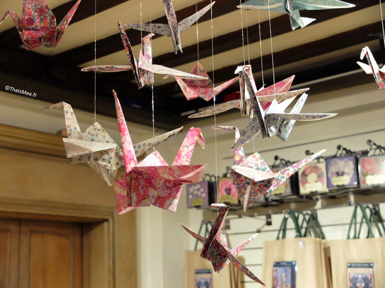 papier origami cocotte suspendues en Tissu Liberty London magasin Regent Street tissu fleuri bleu rouge vert
