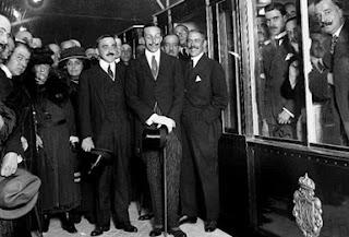 El rey posa junto a un grupo de acompañantes, junto a los vagones del Metro.
