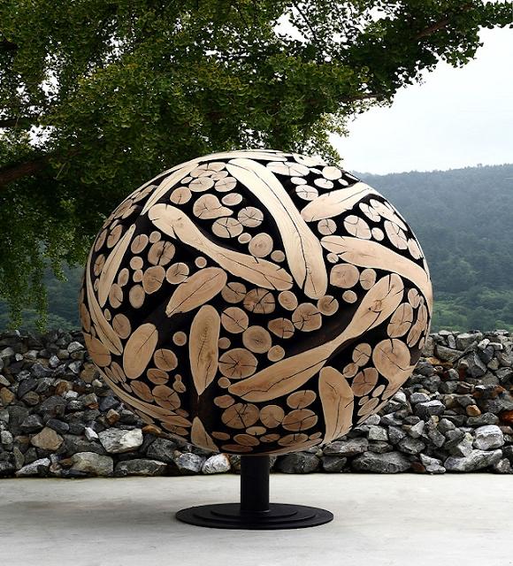 Napravio skulpture od odbačenih komada drveta.