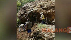 Batu Besar Runtuh, Jalan Desa Klepu Terganggu