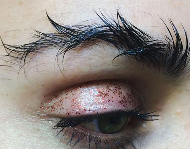 """Sourcils plume vs sourcils barbelés : c'est une blague """""""