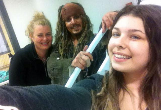 Johnny Depp visitó a jóvenes en hospital vestido como Jack Sparrow Johnny-Depp-5
