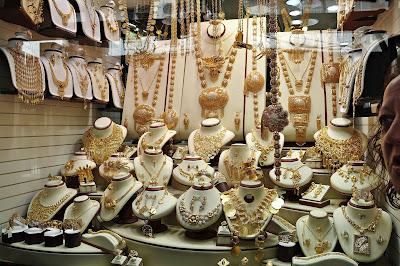 en tiempos modernos las joyas y los aparadores significan mas dinero, por tanto comprar por internet es mucho mas economico, aunque las joyas ya no parezcan tan importantes en el siglo XXI son la mejor forma de resguardar nuestros ahorros.