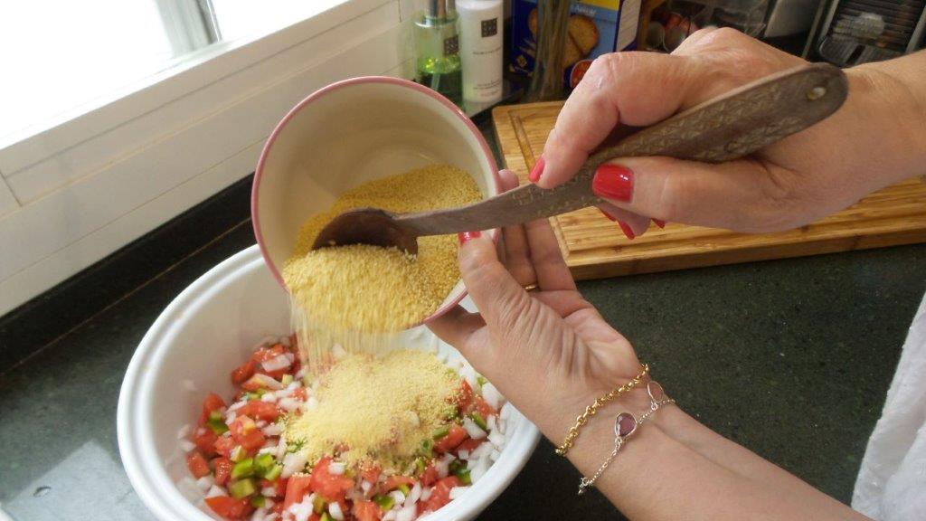 añadiendo la sémola a la mezcla