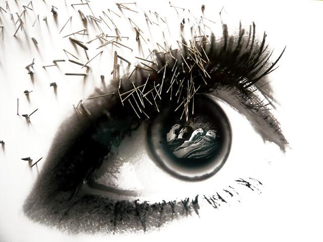 38 yeux reflètent des évènements du XXe siècle. Cet oeil reflète un corps victime de la Shoah