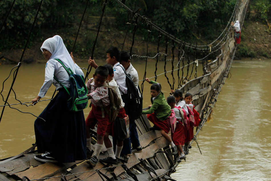 55 Stunning Photographs Of Girls Going To School In Different Countries - Indonesia