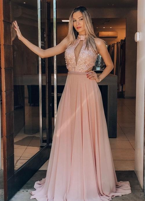 Vestido longo rosa com gola alta, saia fluida e bordado na parte superior