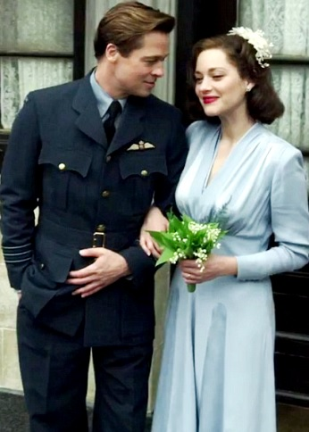 Foto de Brad Pitt de militar muy junto a Marion Cotillard