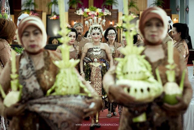 foto pernikahan tradisional jawa, ketika pengantin perempuan bersiap menjelang prosesi panggih, dengan pakaian tradisional basahan khas yogyakarta.