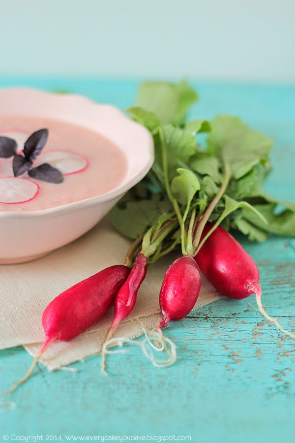 różowa wiosenna zupa krem z rzodkiewek i jabłek