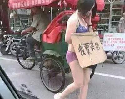 """Natjerao ženu da hoda u donjem rublju s natpisom """"Želim prodati svoje tijelo"""""""
