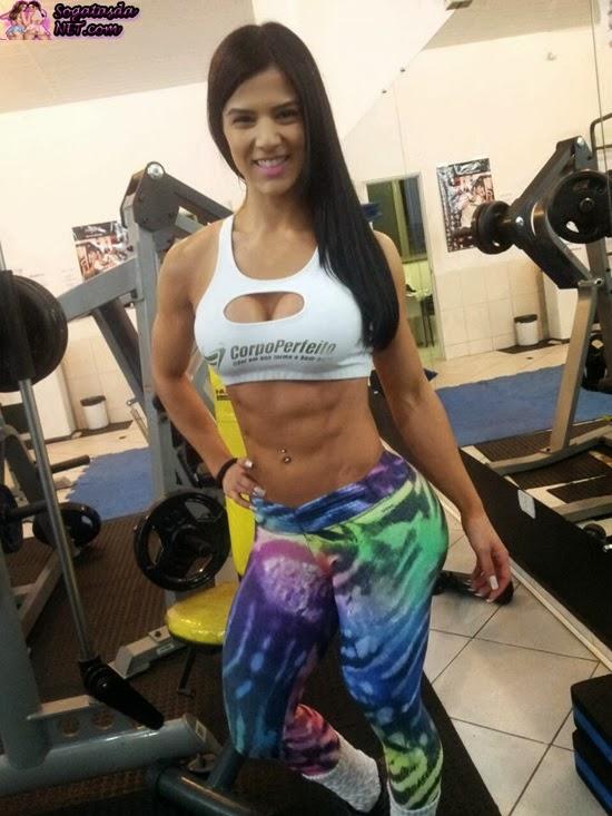 A Musa do Fitness Eva Andressa - Foto na academia, barriga chapada