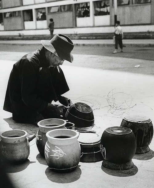 "Foto: Yau Leung - ""Pot-binding Old Man"", 1960-70s. // imagenes chidas, historicas, bellas, old hong kong, blanco y negro, cool pictures, vintage photos."