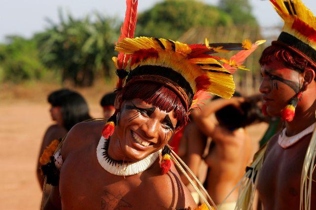 """Cerca de 6500 índios de 16 povos diferentes vivem hoje no Parque Indígena do Xingu, localizado no estado do Mato Grosso, região Centro-Oeste do Brasil. Com seu sistema tradicional de manejo do território, eles garantem a preservação das florestas. No entanto, no entorno do Parque a realidade é outra: 86% das florestas foram convertidas em soja, milho e pasto nos últimos 30 anos. As consequências no clima, nos animais, na agricultura são sentidas pelos índios.  Com roteiro de Paulo Junqueira, do ISA, e Mari Corrêa, do Instituto Catitu, que também é a diretora, o documentário de curta-metragem """"Para onde foram as andorinhas"""" mostra como os povos que habitam o Parque Indígena do Xingu estão percebendo em seu dia a dia os impactos das mudanças do clima — seja em sua alimentação, em seus sistemas de orientação no tempo, em sua cultura ou em seus rituais."""