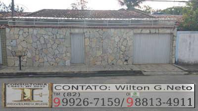 Frente da casa: Fachada muro revestido em pedras e calçada revestida em cerâmica anti-derrapante