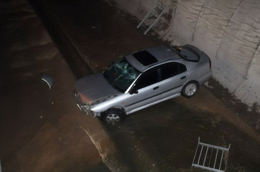 Kayganlaşan yol nedeniyle virajı alamadı, su kanalına uçtu