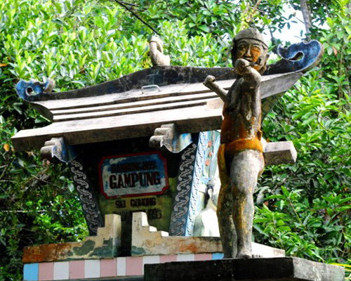 Tinuku.com Travel Kahayan river cruise watch Borneo forests, orangutans, proboscis monkeys and traditional Dayak villages