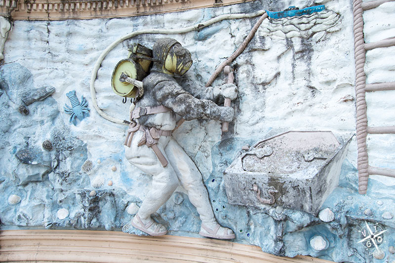 figuras curiosas es el buzo, recordando el libro de Julio Verne, 20.000 leguas de viaje submarino.