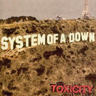 """Imagen del álbum Toxicity System of a Down (2001). Nombre de la banda en letras blancas sobre la ladera de """"Hollywood"""""""