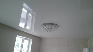 Натяжные потолки белая комната фото Лабинск