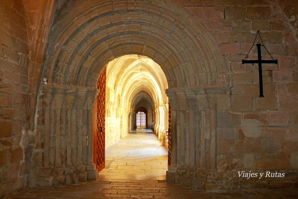 Puerta románica de acceso al claustro del Monasterio de Poblet, Tarragona